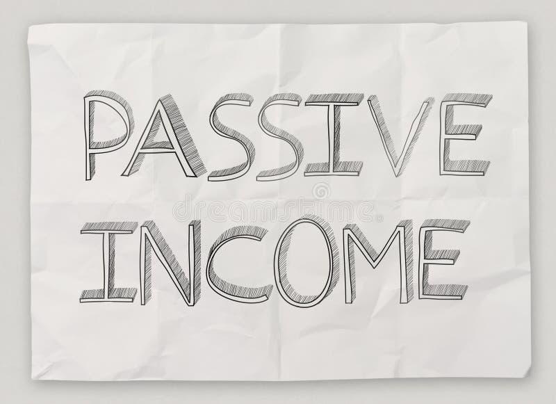 Dé exhausto de la renta pasiva en el papel arrugado imagenes de archivo