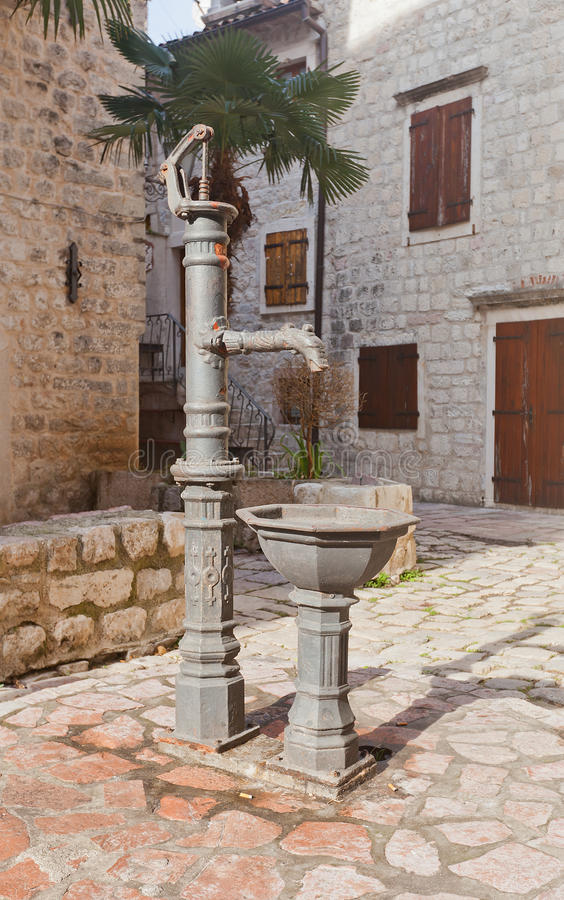 Dé la agua-bomba en la ciudad vieja de Kotor, Montenegro imagen de archivo libre de regalías