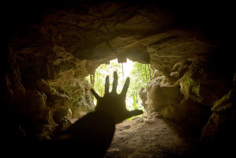 Dé la ayuda en la cueva y la boca de la cueva imagen de archivo