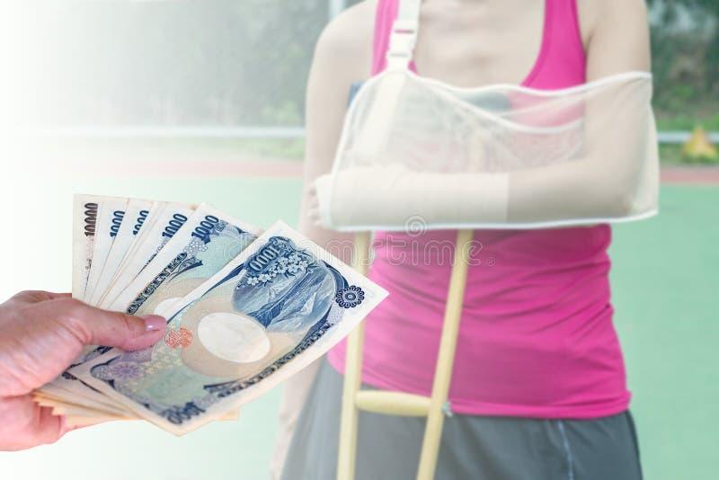 Dé la mujer con los billetes de banco japoneses de los yenes de la moneda en empañado detrás imagen de archivo