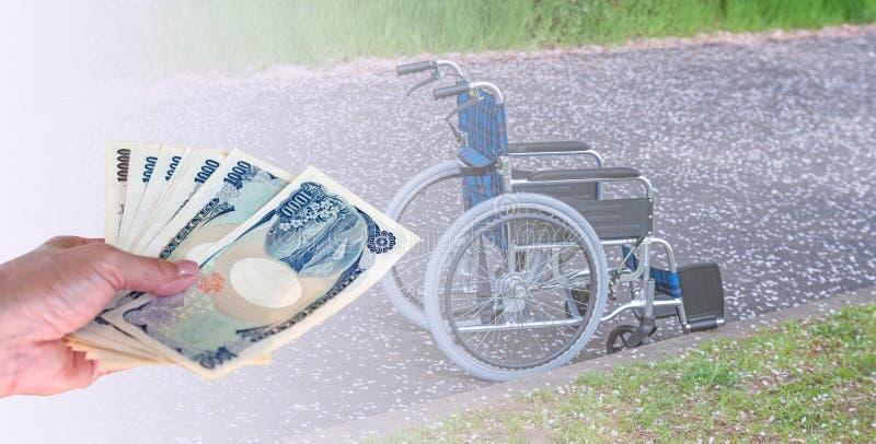 dé la mujer con los billetes de banco japoneses de los yenes de la moneda en wheelc vacío foto de archivo