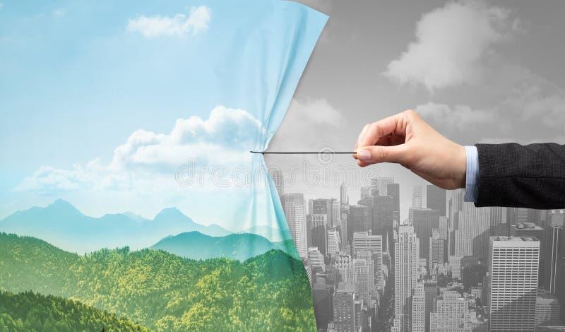 Dé la tracción de la cortina del paisaje urbano de la naturaleza al paisaje urbano gris fotos de archivo libres de regalías