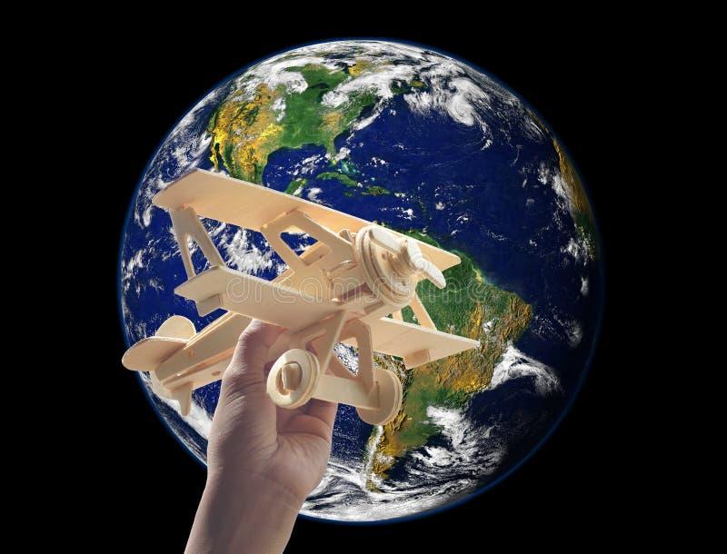 dé llevar a cabo el avión de madera sobre el mundo, elementos de este fu de la imagen foto de archivo