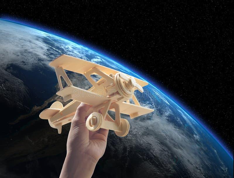 dé llevar a cabo el avión de madera sobre el mundo, elementos de este fu de la imagen foto de archivo libre de regalías