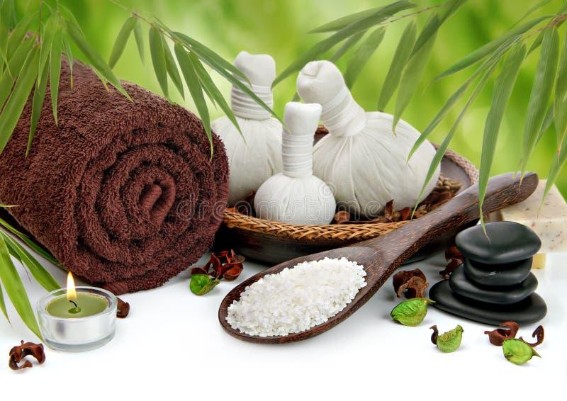 Dé masajes a la frontera con la toalla, las bolas del balneario y el bambú imágenes de archivo libres de regalías