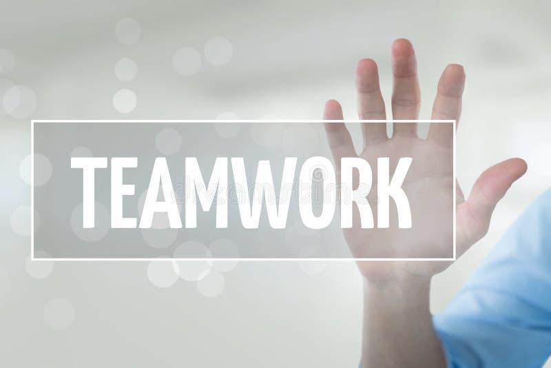 Dé obrar recíprocamente con el texto del negocio del trabajo en equipo contra el fondo blanco imagen de archivo
