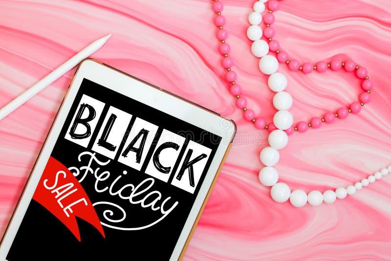 Dé a palabras escritas la venta negra de viernes endecha plana mínima con la tableta, las gotas y la pluma en backg de mármol ros libre illustration
