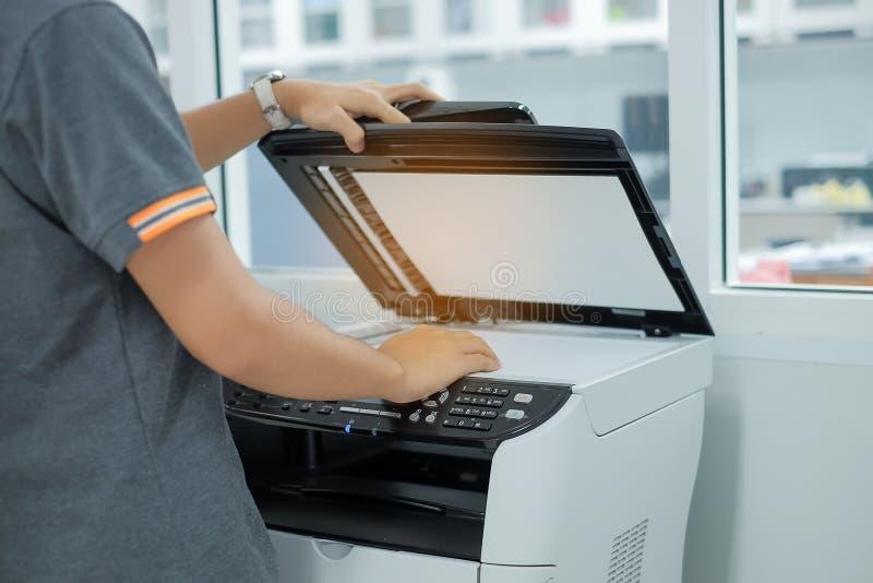 Dé poner un papel del documento en la máquina de la copia del escáner o del laser de impresora en oficina imagenes de archivo