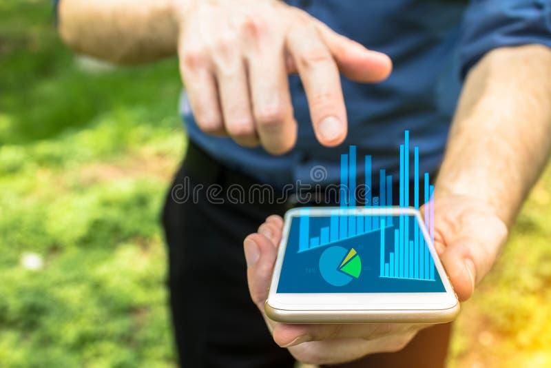 Dé señalar en el dispositivo móvil para el uso del negocio imagen de archivo libre de regalías