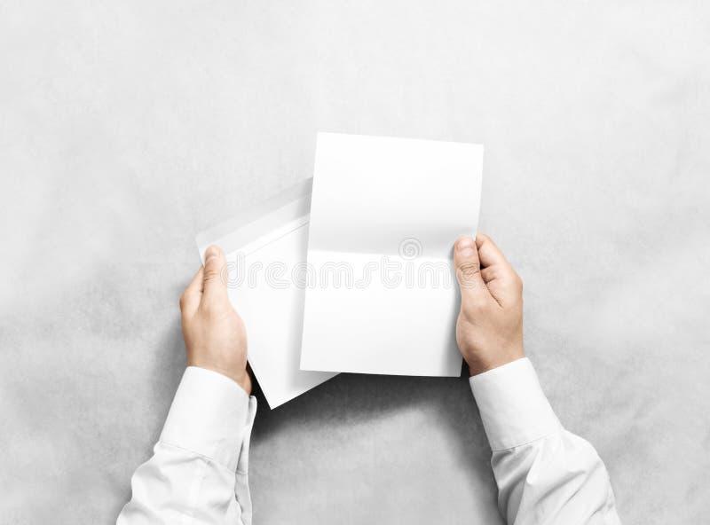 Dé sostener el sobre en blanco blanco y ponga letras a la maqueta, imagen de archivo