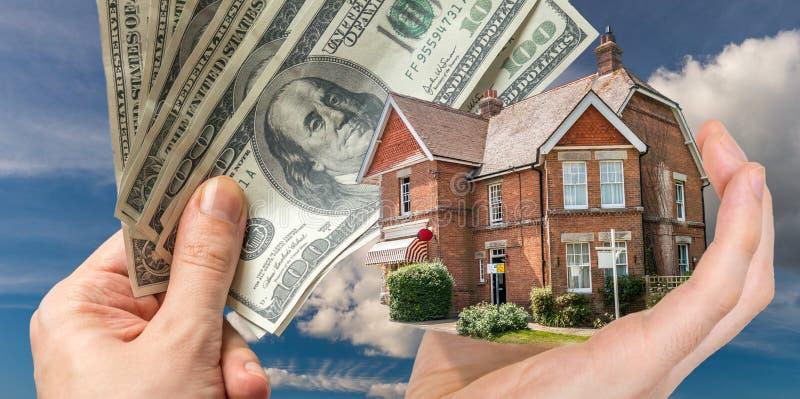 Dé sostener la casa - venta de las propiedades inmobiliarias imágenes de archivo libres de regalías