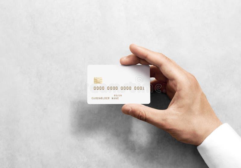 Dé sostener la maqueta blanca en blanco de la tarjeta de crédito con el microprocesador imagen de archivo