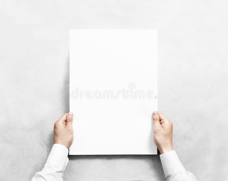 Dé sostener la maqueta en blanco blanca del cartel, aislada fotos de archivo libres de regalías