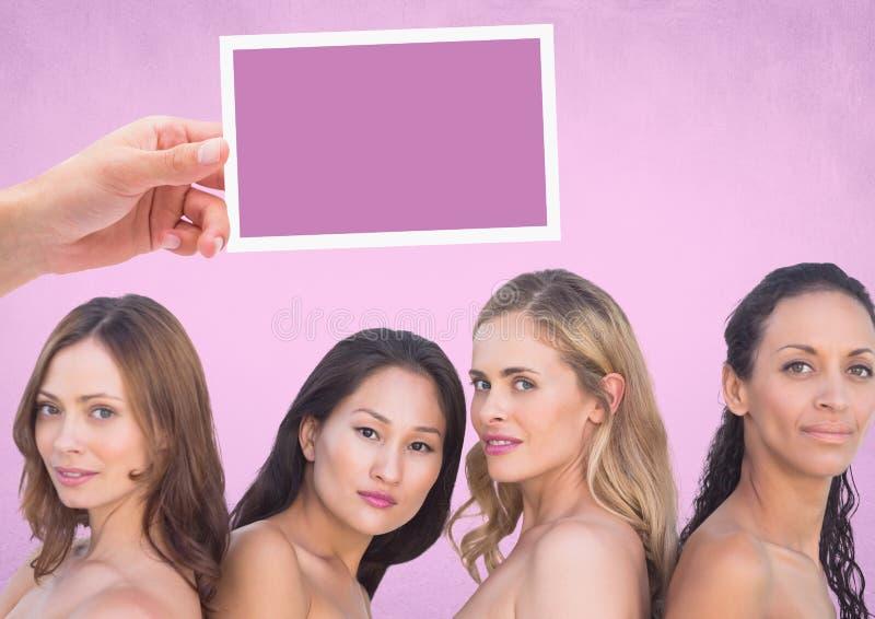 Dé sostener la tarjeta con las cabezas para mujer del ` y el fondo rosado imágenes de archivo libres de regalías