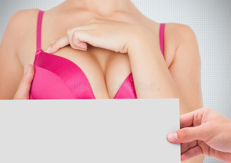 Dé sostener la tarjeta con la mujer rosada de la conciencia del cáncer de pecho imagen de archivo libre de regalías