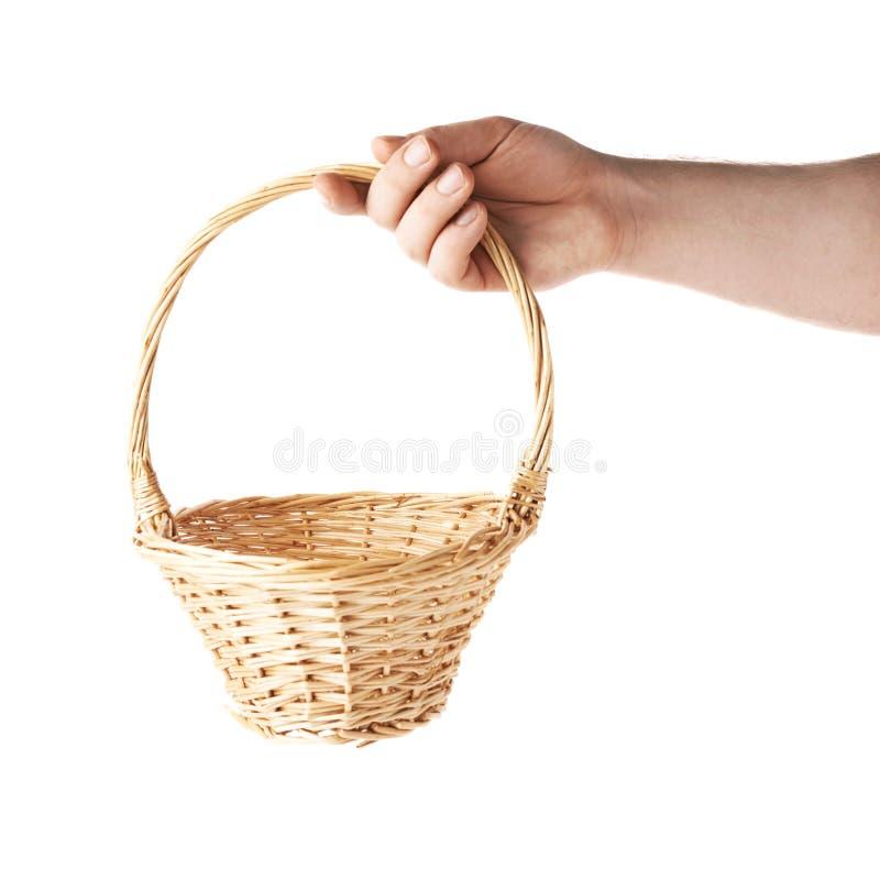 Dé sostener una cesta de mimbre, composición aislada sobre el fondo blanco fotografía de archivo libre de regalías
