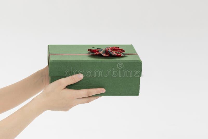 Dé una caja de regalo fotos de archivo libres de regalías