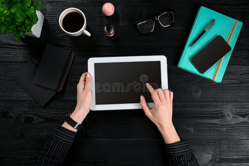 Dé a uso la tableta blanca en la opinión de sobremesa del escritorio fotos de archivo libres de regalías