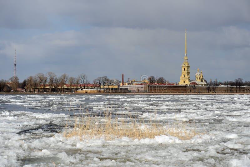 Débâcle sur le fleuve de Neva image stock