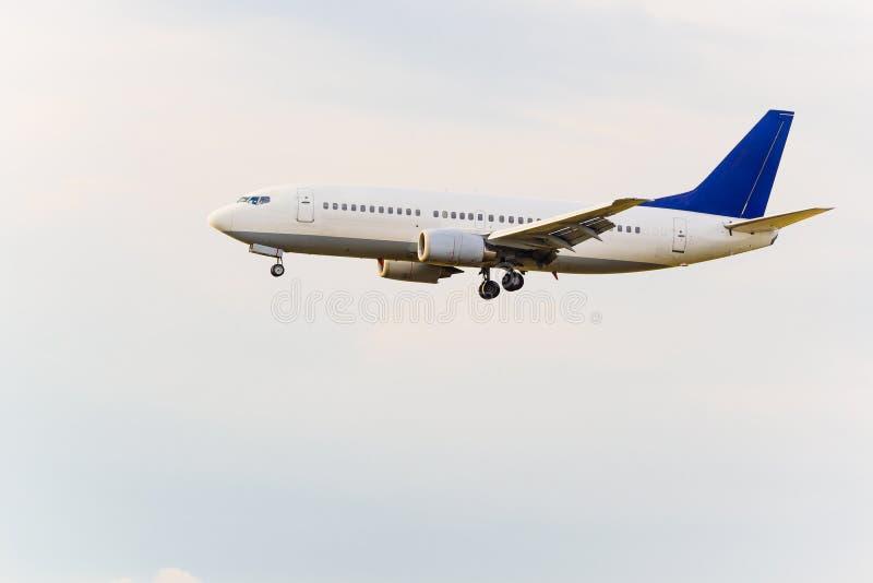 Débarquant ou enlevant l'avion de passager image stock