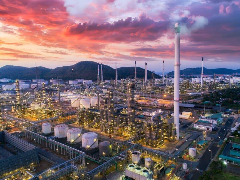 Débarquez le scape de l'usine de raffinerie de pétrole de la vue aérienne la nuit image stock