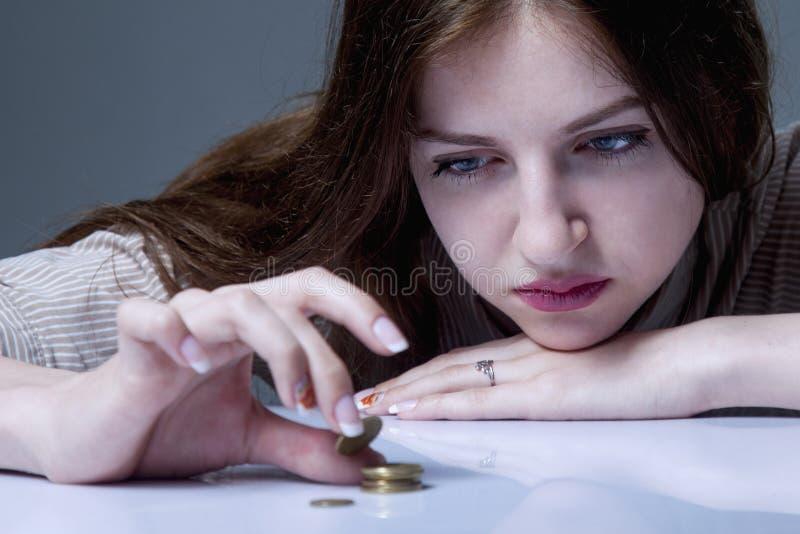 Débitos da família Contagem frustrante e desesperada nova da mulher smal foto de stock royalty free