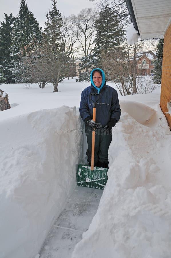Déblayement à l'extérieur après une tempête de neige de l'hiver photographie stock libre de droits