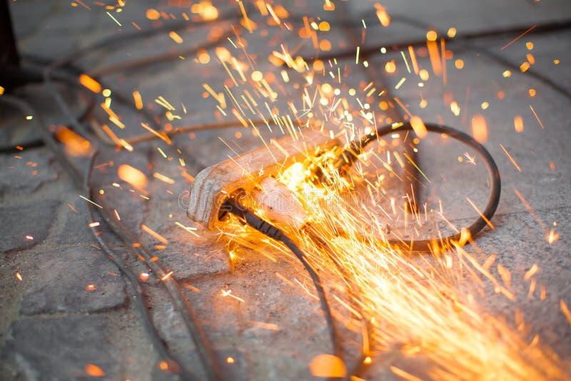 Débouché électrique brûlant court-circuitant, danger image libre de droits