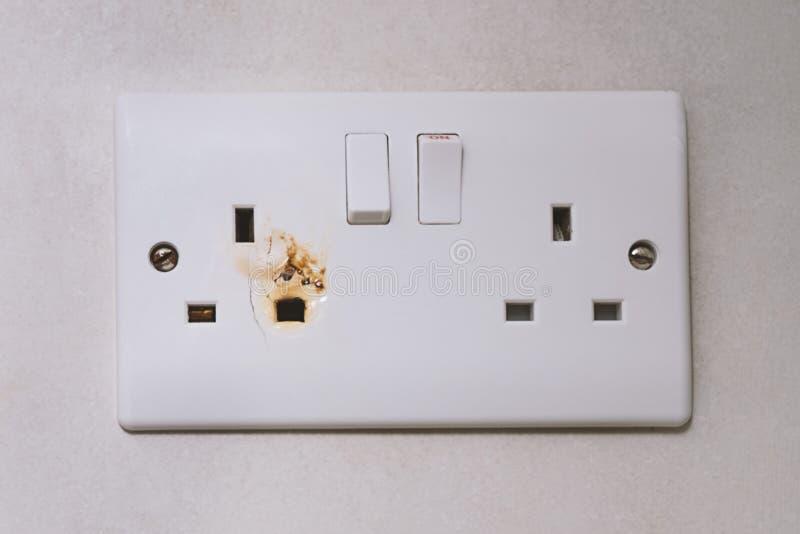 Débouché électrique de puissance de commutateur cassé de surcharge photographie stock