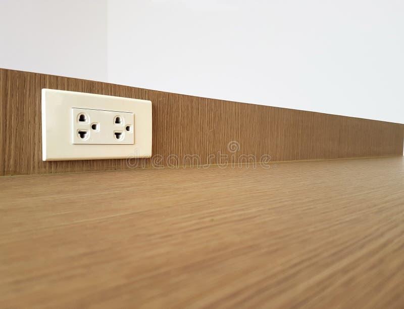 Débouché monté sur le fond en bois de mur images stock