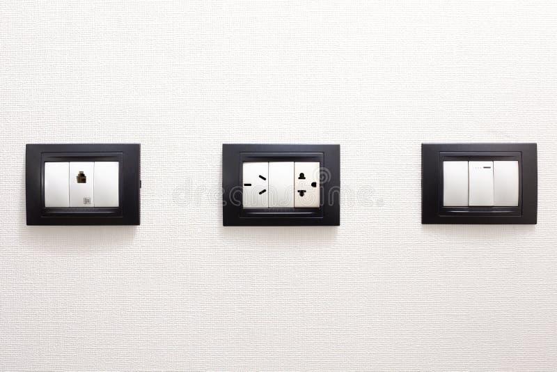 Débouchés électriques dans un mur photographie stock libre de droits