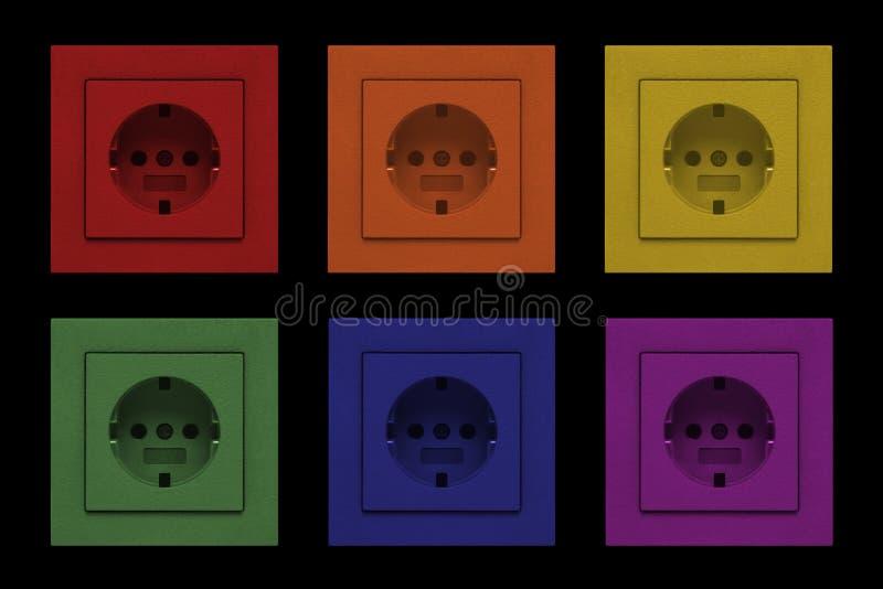 Débouchés de prise électriques dans des couleurs d'arc-en-ciel image stock