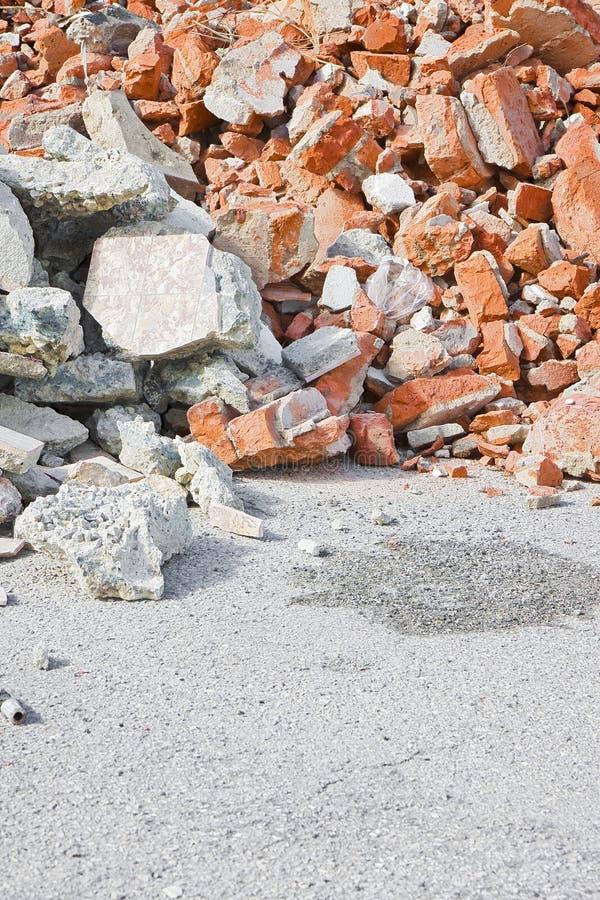 Débris de béton et de blocaille de brique sur le chantier de construction après une démolition d'un immeuble de brique photos stock