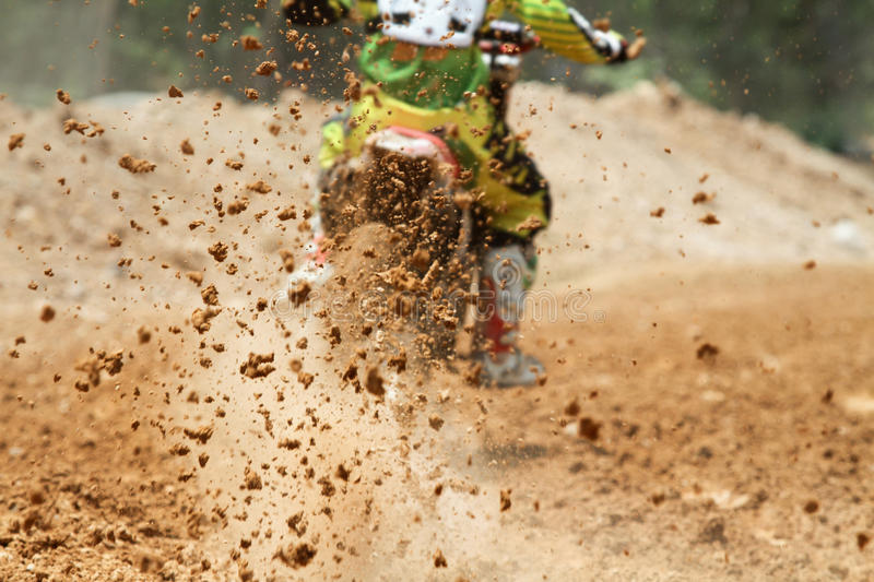 Débris de boue d'une course de motocross photos stock