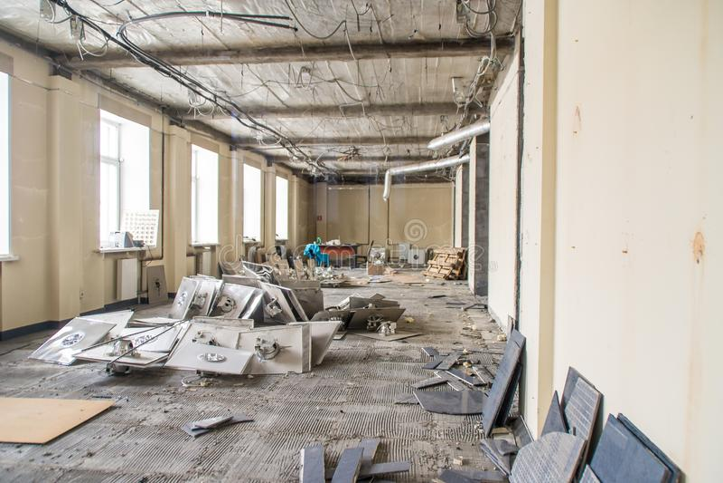 Débris de nettoyage après des réparations dans les lieux image libre de droits
