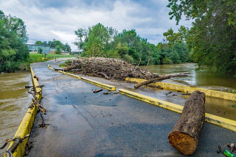 Débris massifs de rivière sur le bas pont, rivière de Roanoke, Roanoke, VA, Etats-Unis image stock