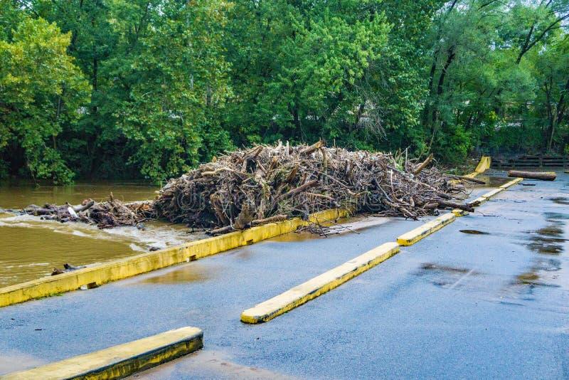 Débris massifs de rivière sur le bas pont, rivière de Roanoke, Roanoke, VA, Etats-Unis - 2 images stock