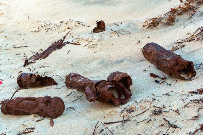 Débris rouillés sur la plage, objets en métal sur le sable photographie stock