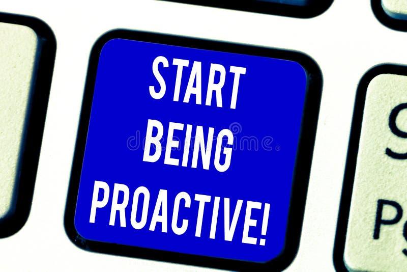 Début d'apparence de signe des textes étant proactif Situations conceptuelles de contrôle de photo en faisant produire des choses photo libre de droits