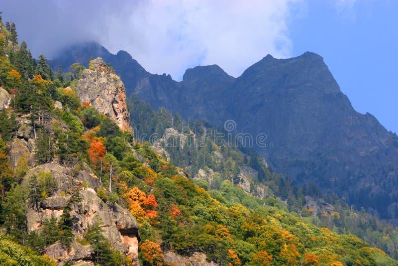Début d'automne dans les hautes montagnes images stock