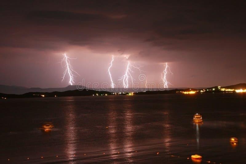 Début d'une tempête en mer avec des foudres en ciel pourpre photographie stock
