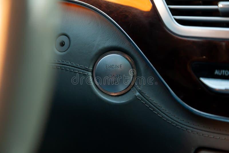 Début de bouton et arrêter l'allumage du plan rapproché de moteur de voiture sur le tableau de bord, clé électrique, de noir de c image stock