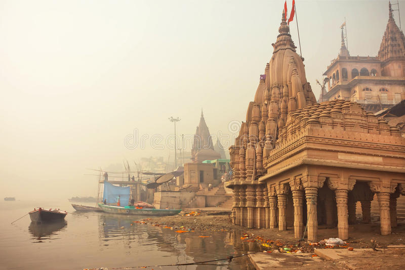 Début de la matinée chez le Gange près du temple antique inondé de Shiva d'architecture photo libre de droits