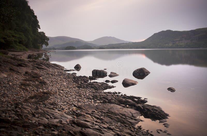 Début de la matinée de lac et de montagnes image libre de droits