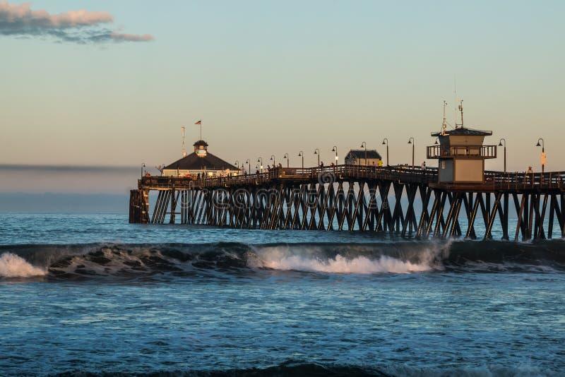 Début de la matinée sur le pilier impérial de pêche de plage image stock