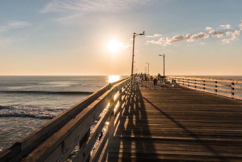 Début de la matinée sur Virginia Beach Fishing Pier photographie stock