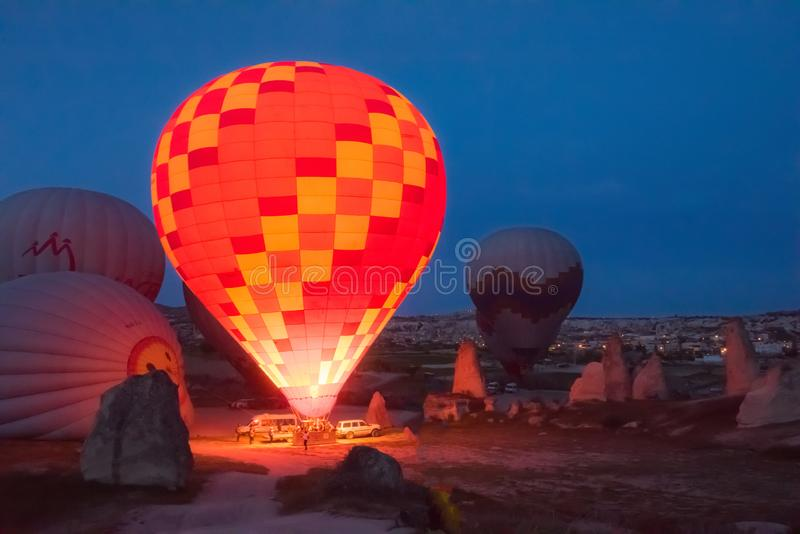 Début de matin du ballon à air chaud volant au-dessus de Cappadocia photo stock