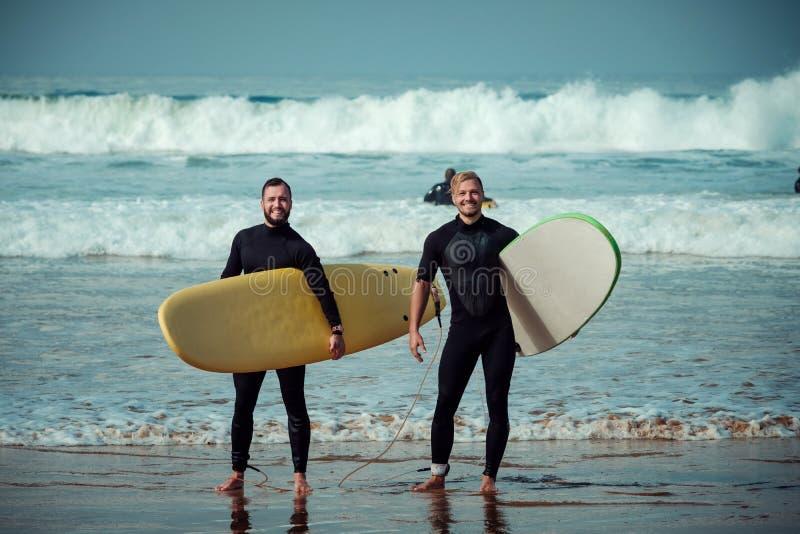 Débutant et instructeur de surfer sur une plage avec planches de surf photographie stock