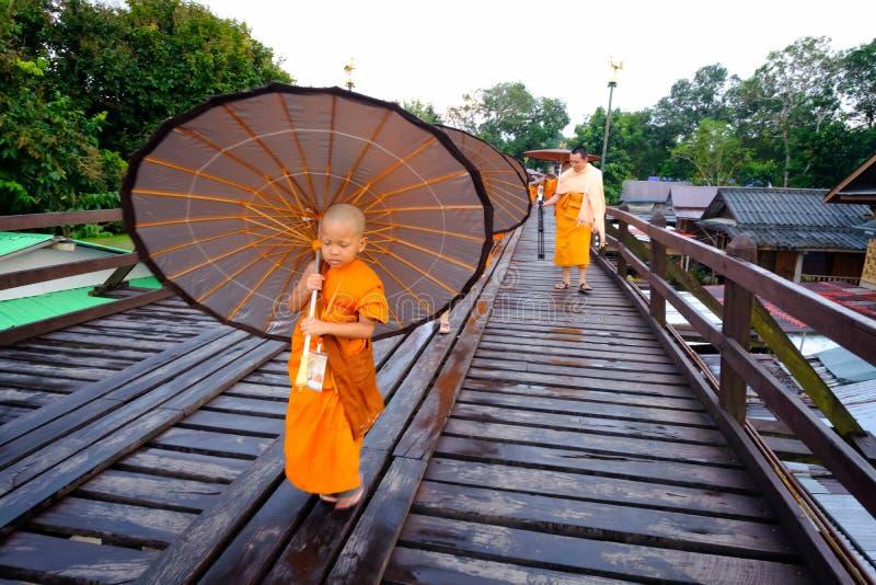 Débutant marchant sur le pont en bois (400 m longtemps fait à la main) images libres de droits