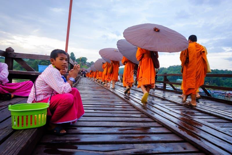 Débutant marchant sur le pont en bois (400 m longtemps fait à la main) photographie stock